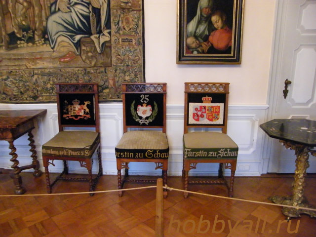 Вышитые спинки стульев в замке Buekeburge